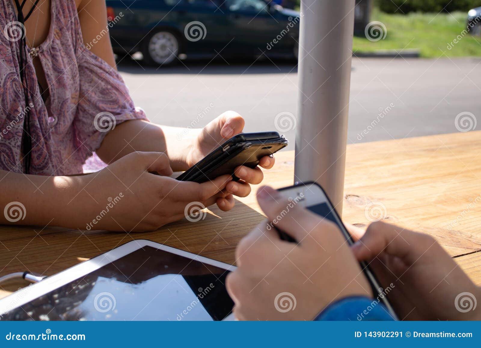 Adolescentes em telefones
