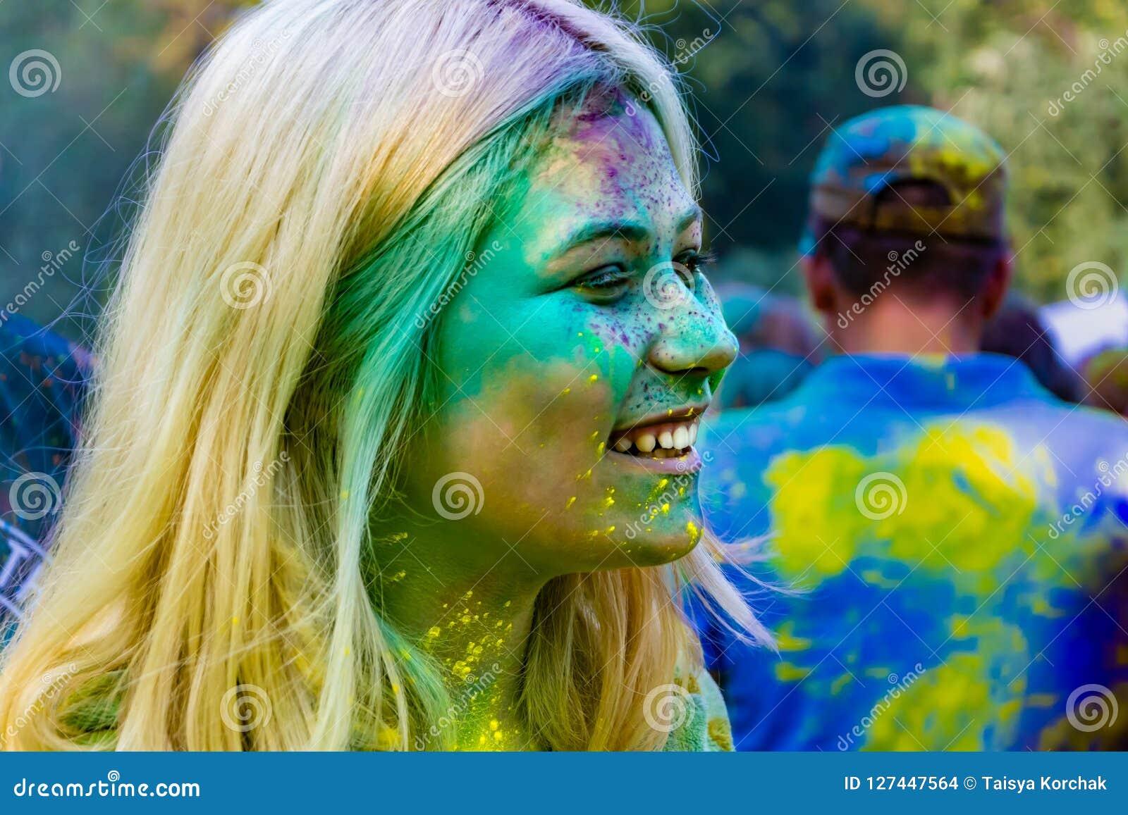 Adolescentes enérgicos jovenes en el festival de pinturas del holi en Rusia