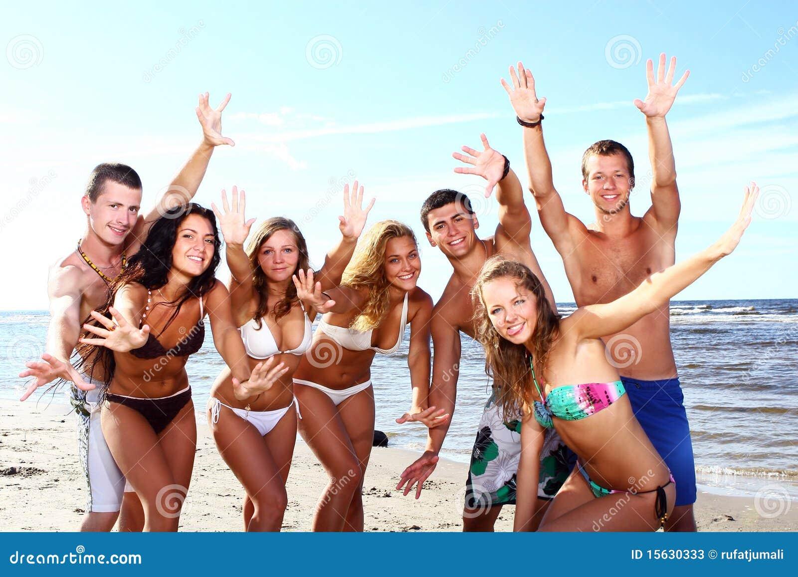 Adolescentes felices en el mar