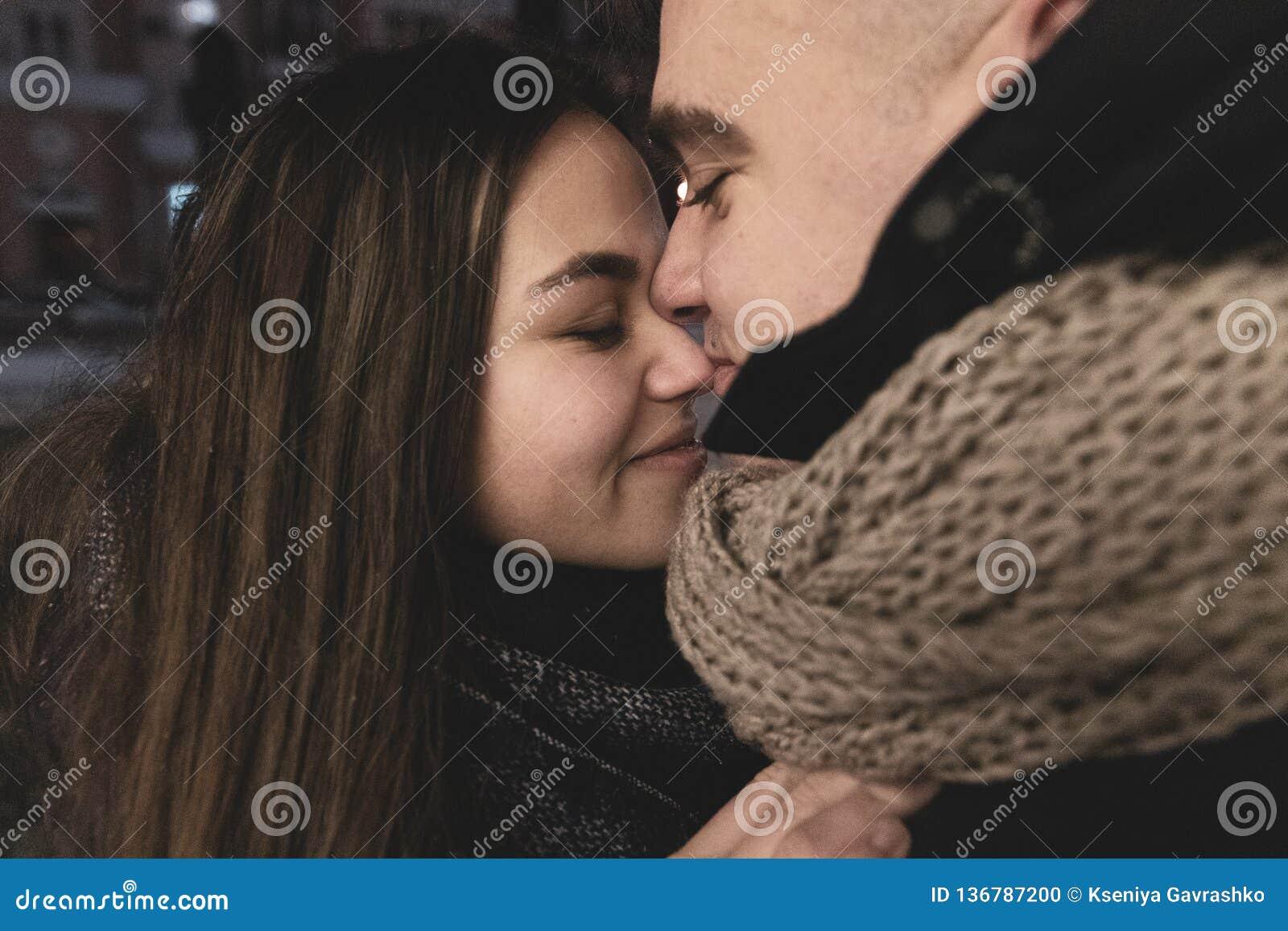 Adolescentes no amor fora da sala Estilo de vida Conceito do inverno