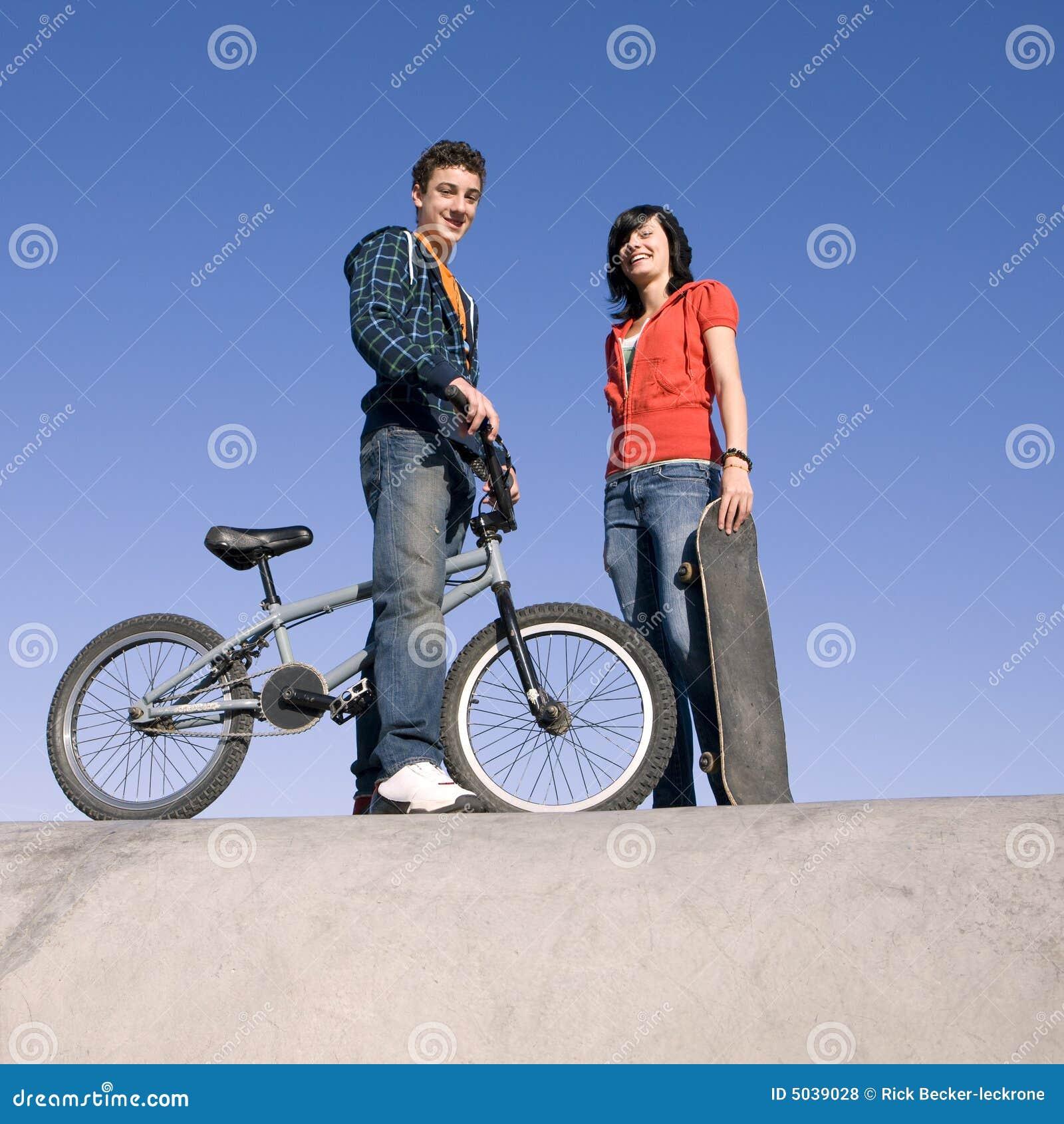Adolescentes no skatepark