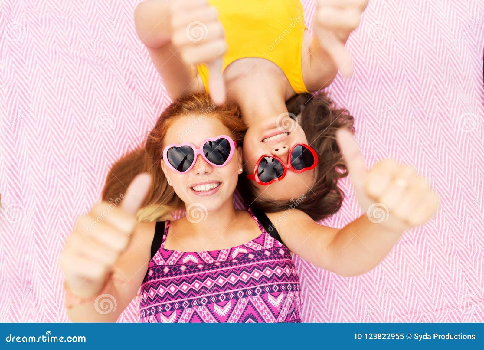 Adolescentes Nos óculos De Sol Que Mostram Os Polegares Acima Imagem ... 65a197bd3f