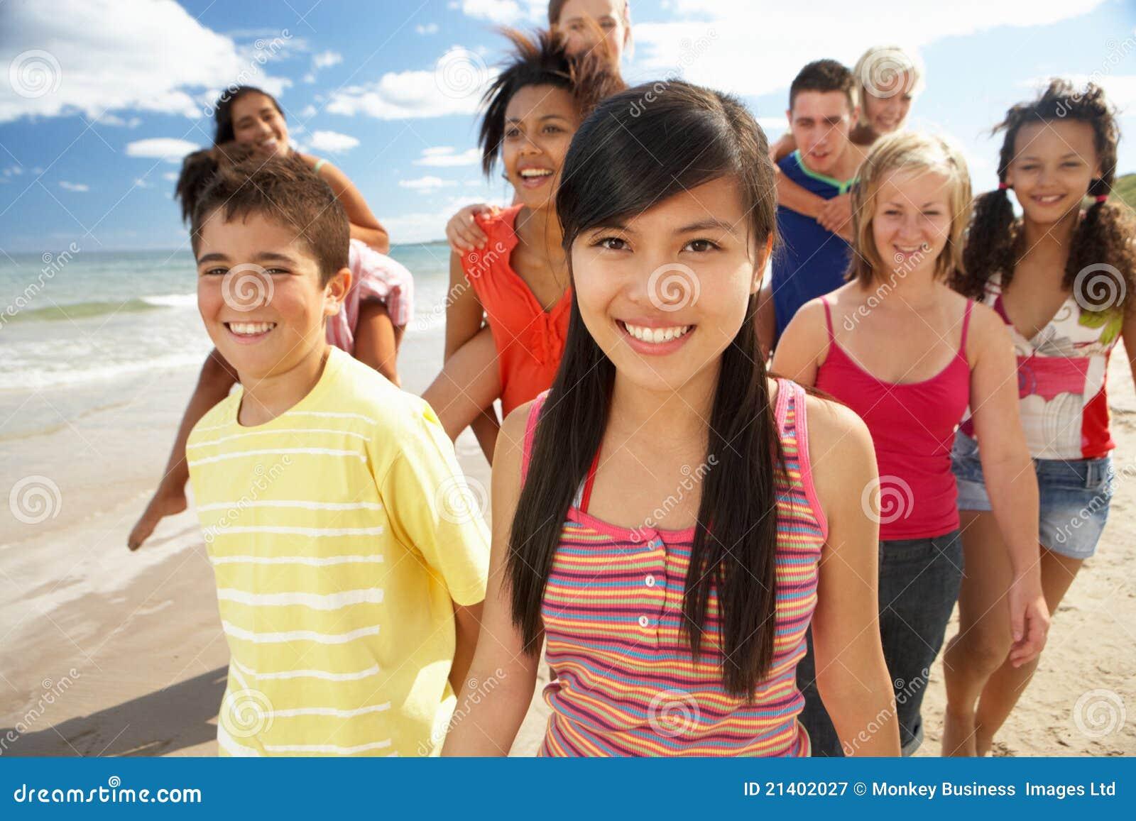 Adolescentes que andam na praia