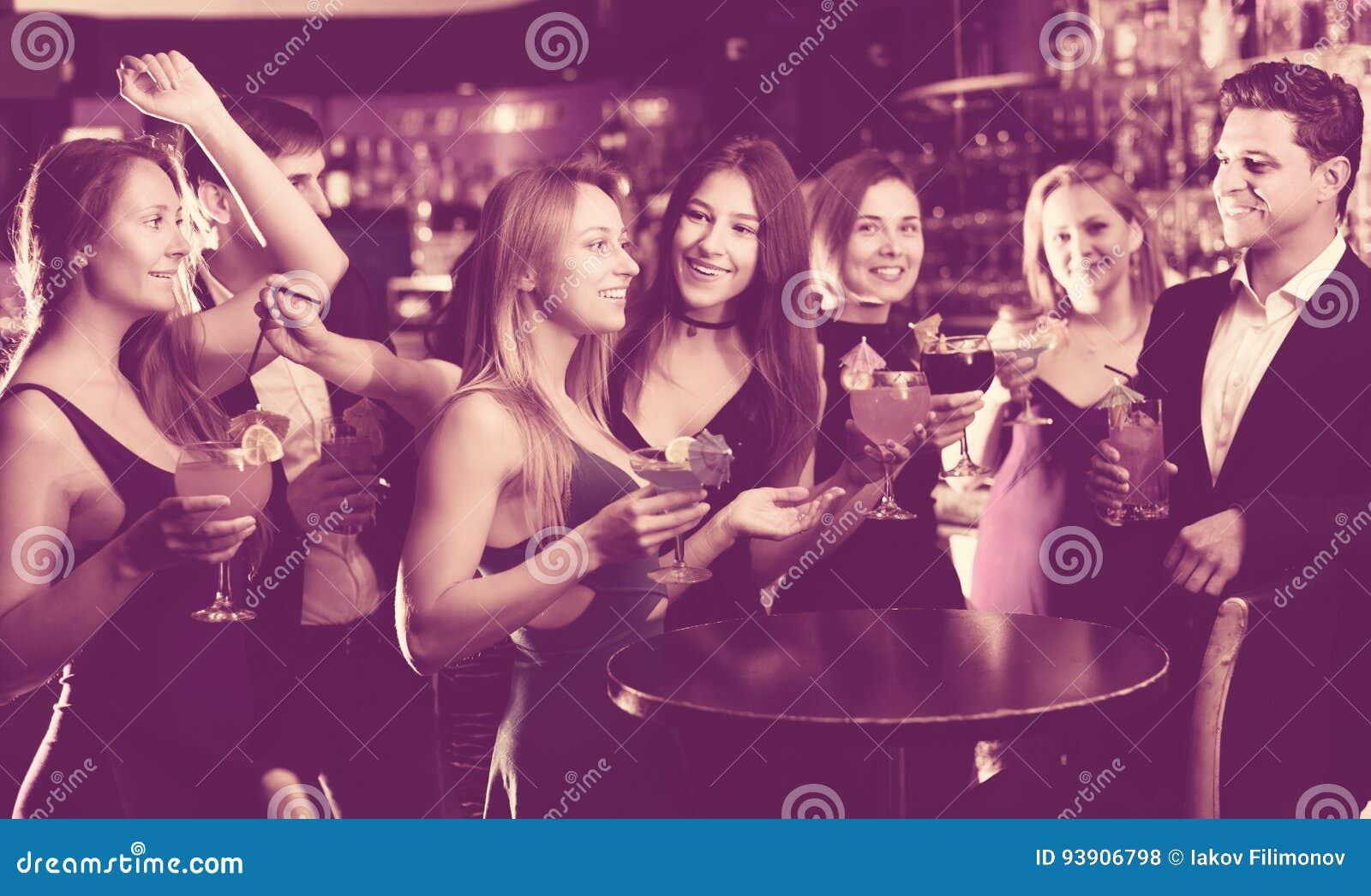 Adolescentes que comemoram o fim da sessão