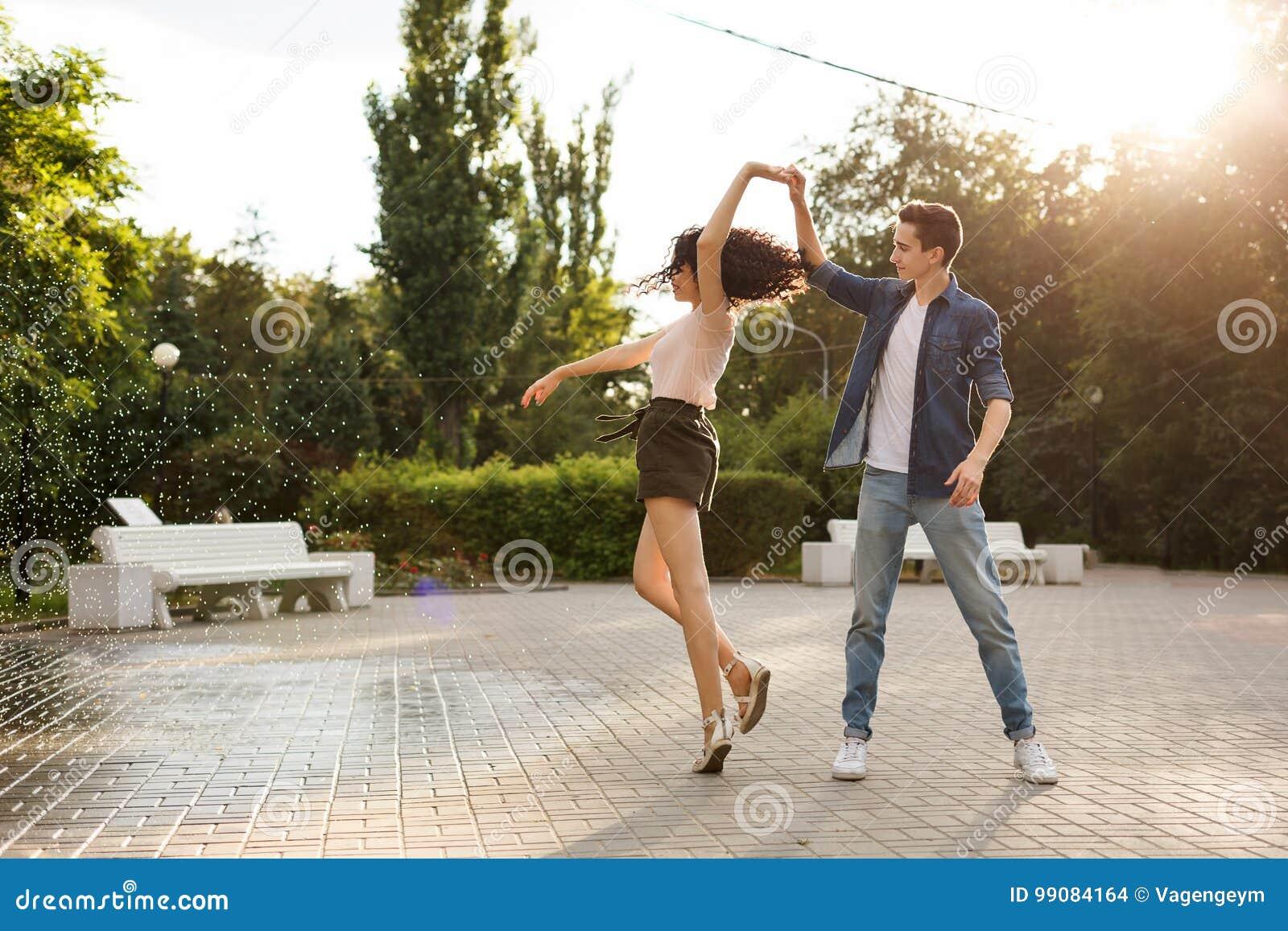 Adolescentes que dançam no parque