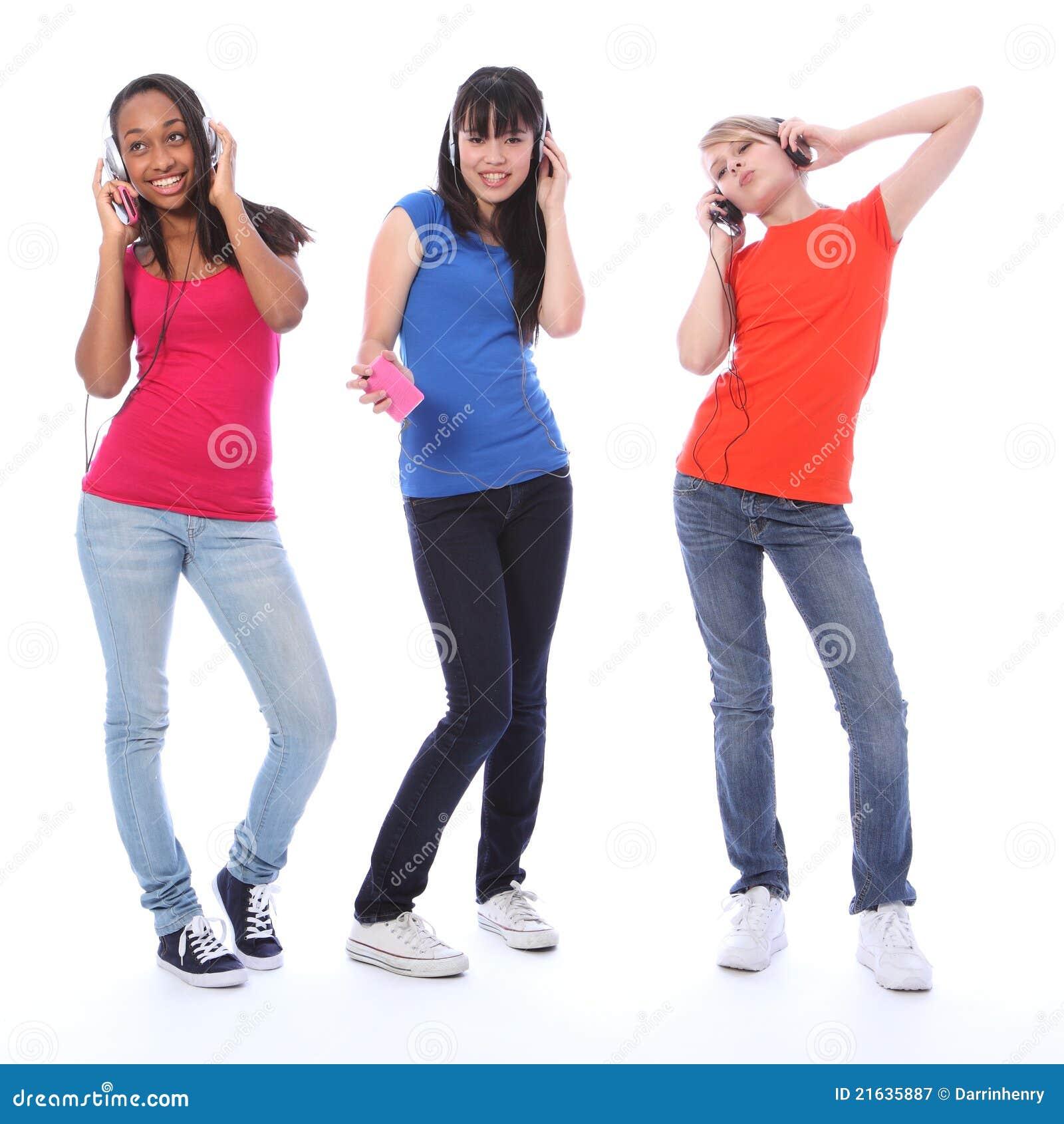 Adolescentes que dançam o divertimento à música do telefone de pilha