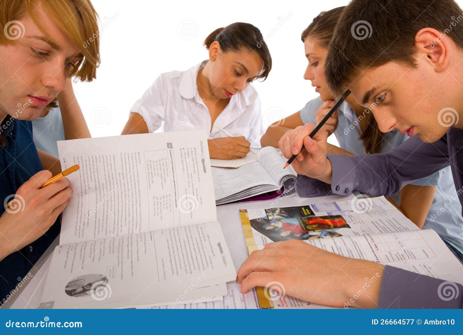Adolescentes que estudian junto
