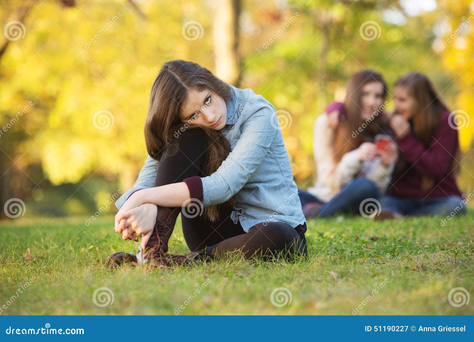 Adolescentes que falam sobre a menina