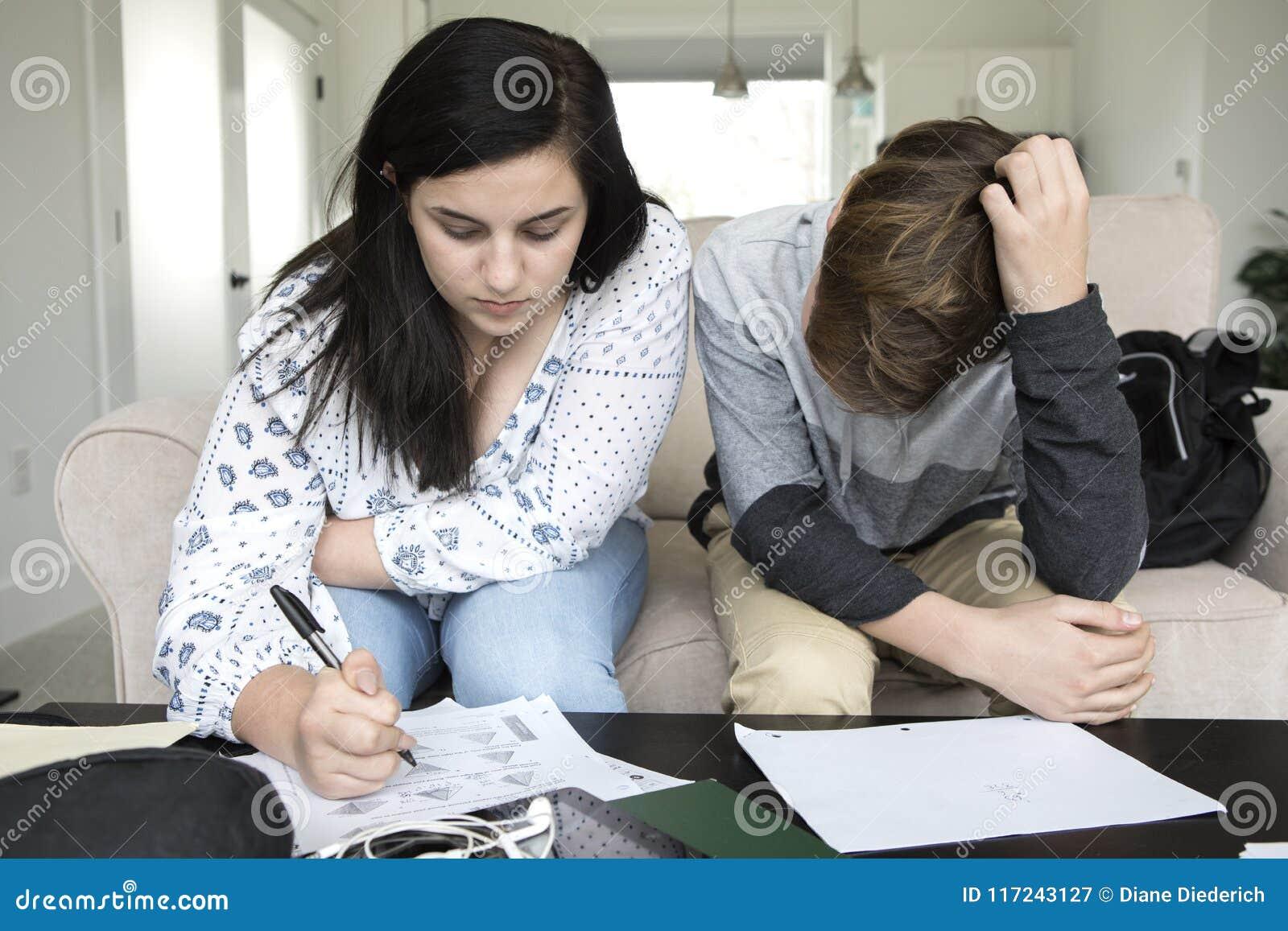 Adolescentes que fazem trabalhos de casa