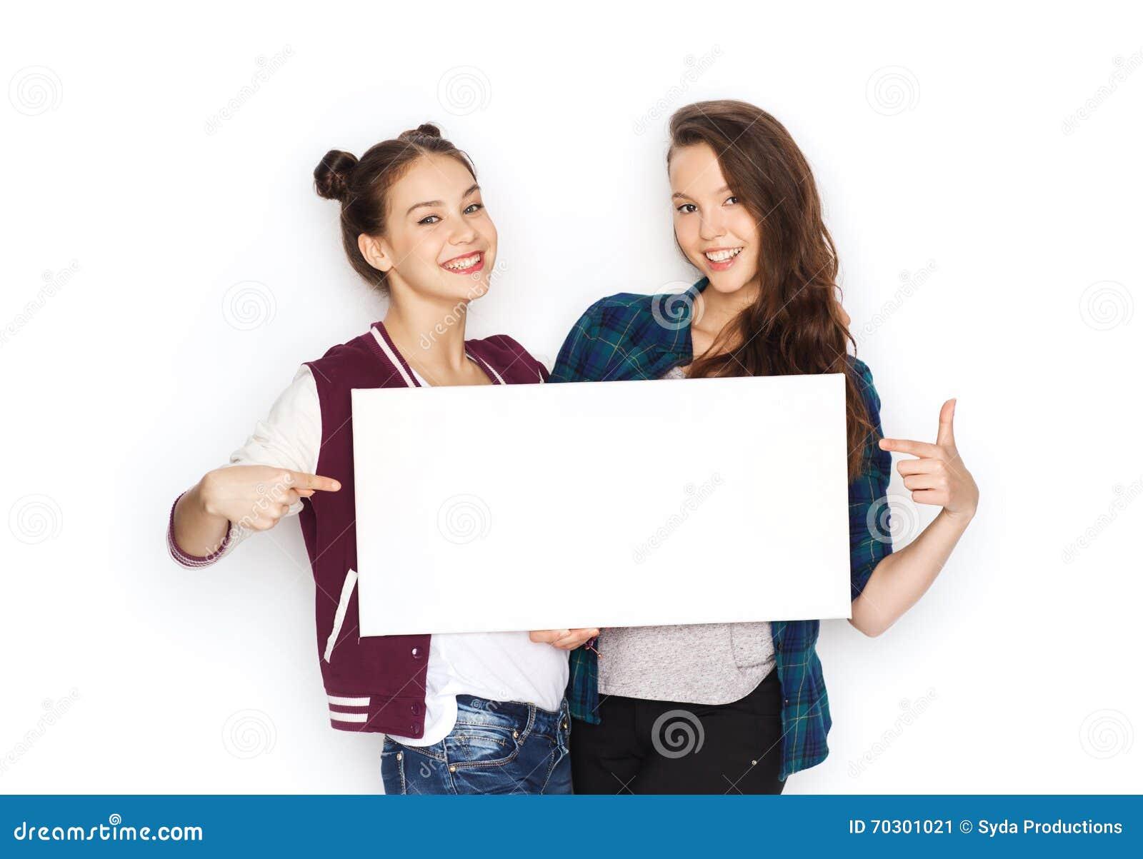 Adolescentes sonrientes que llevan a cabo al tablero en - Tablero blanco ...
