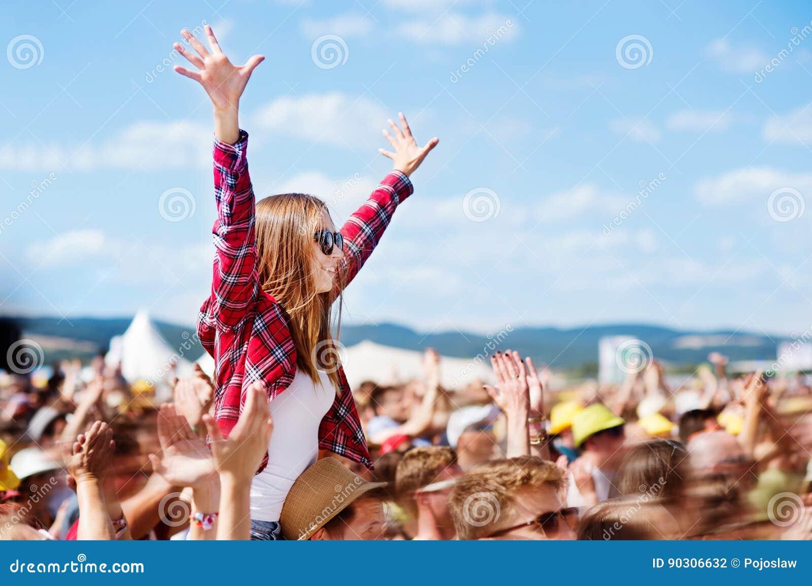 Adolescenti al festival di musica di estate che si godono di