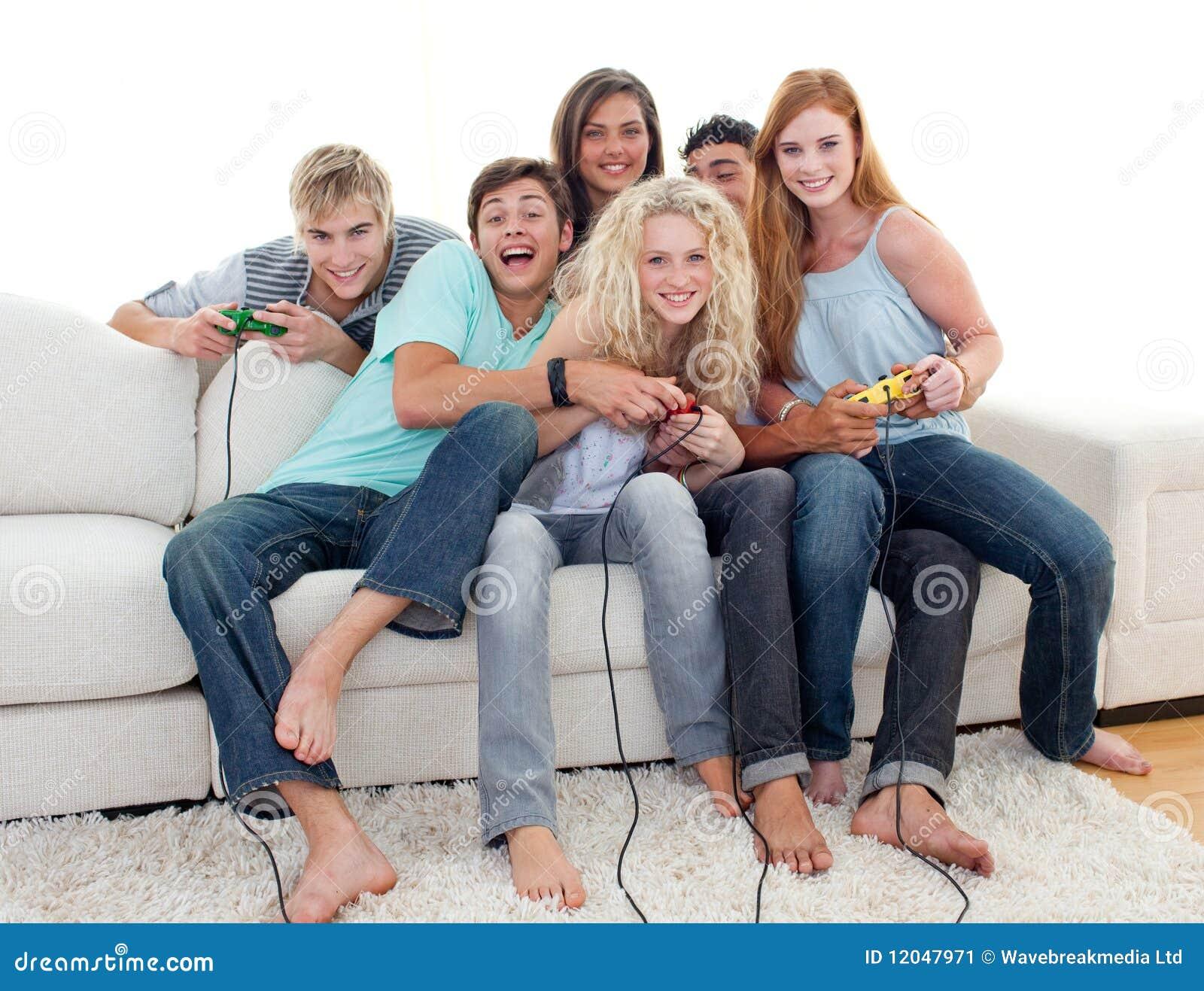 Adolescent club vidéo réel adolescent