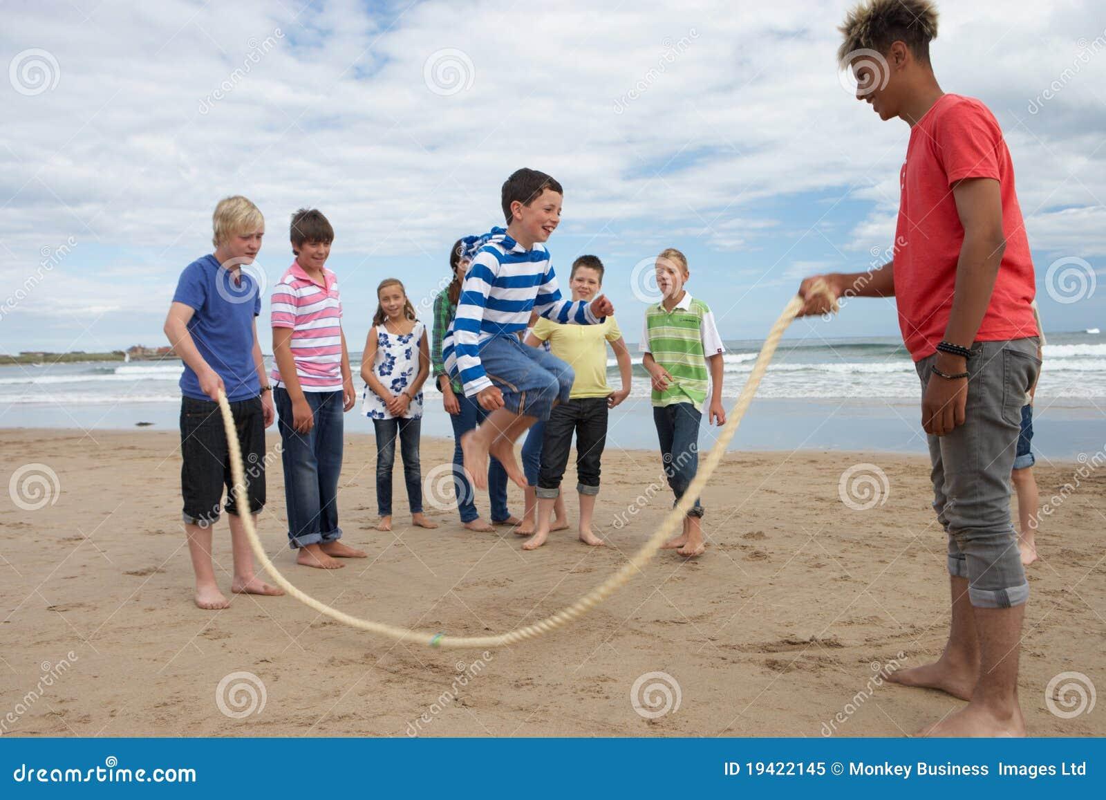 Adolescenti che giocano la corda di salto