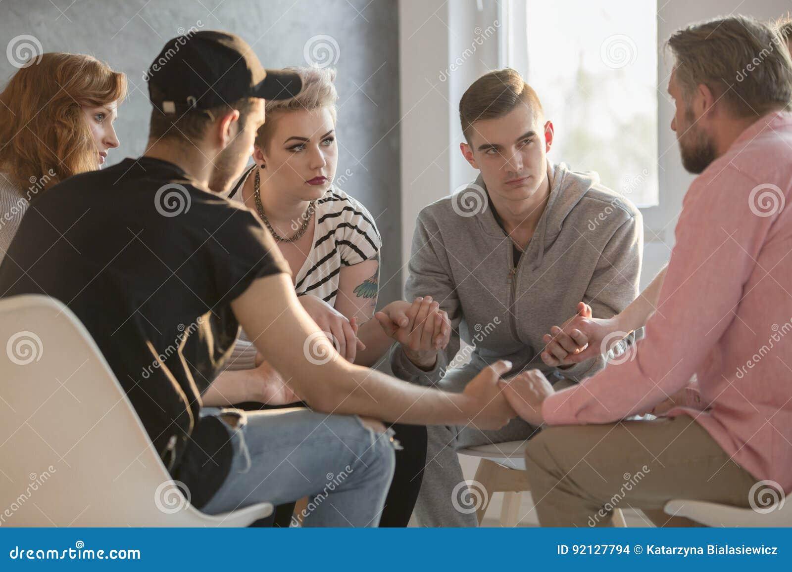 Adolescenti che parlano con il consulente di dipendenza