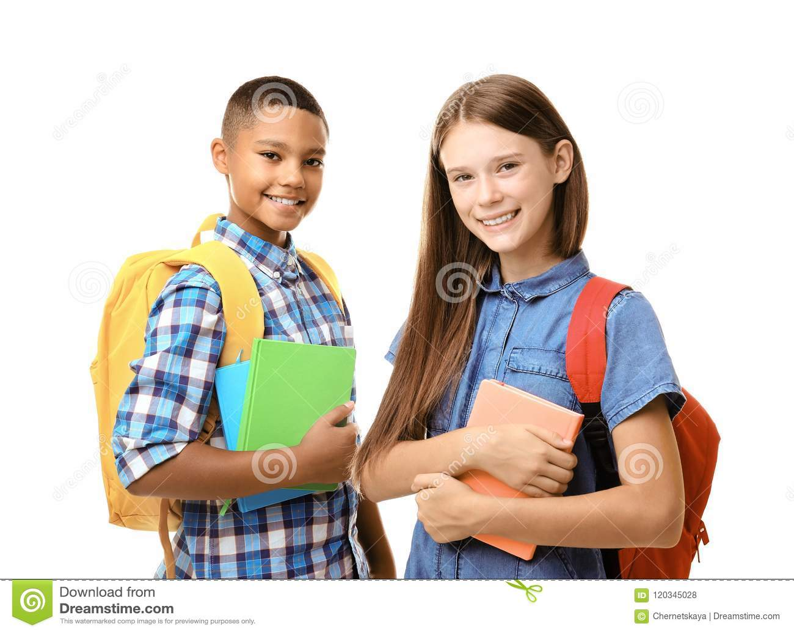 Adolescenti con gli zainhi che tengono i taccuini su fondo bianco