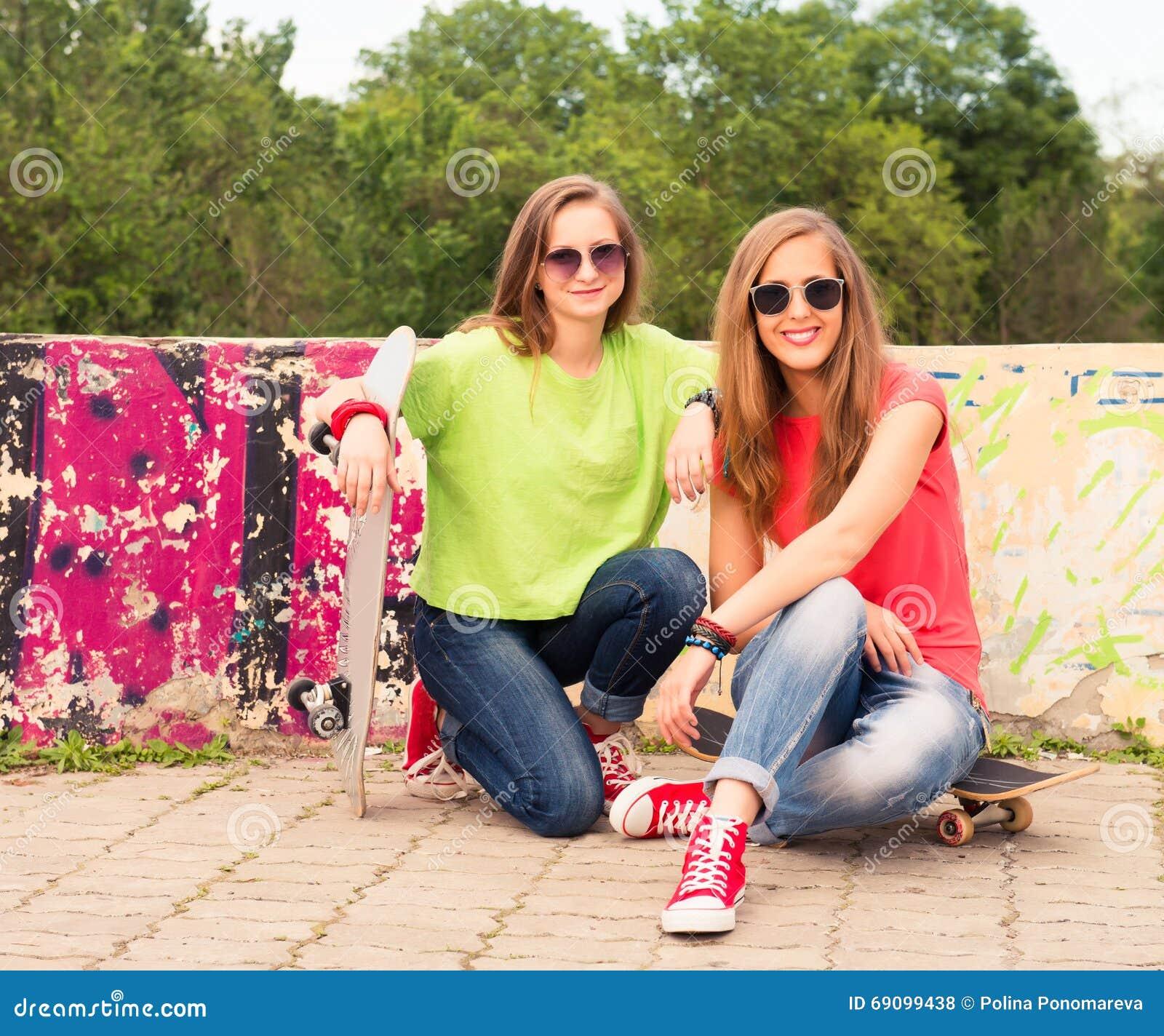 Adolescenti felici all aperto Estate Ragazze divertendosi togeth