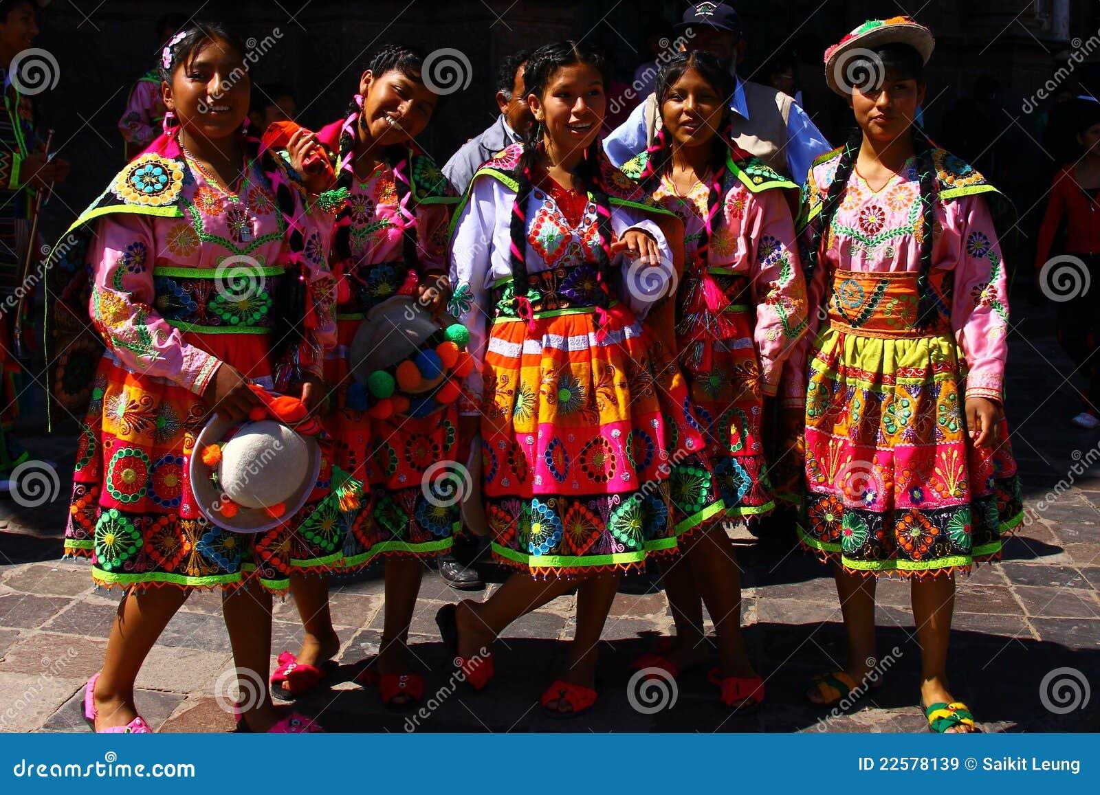 Peru (IL) United States  city photos gallery : Adolescenti peruviani in vestiti tradizionali Immagine Stock ...