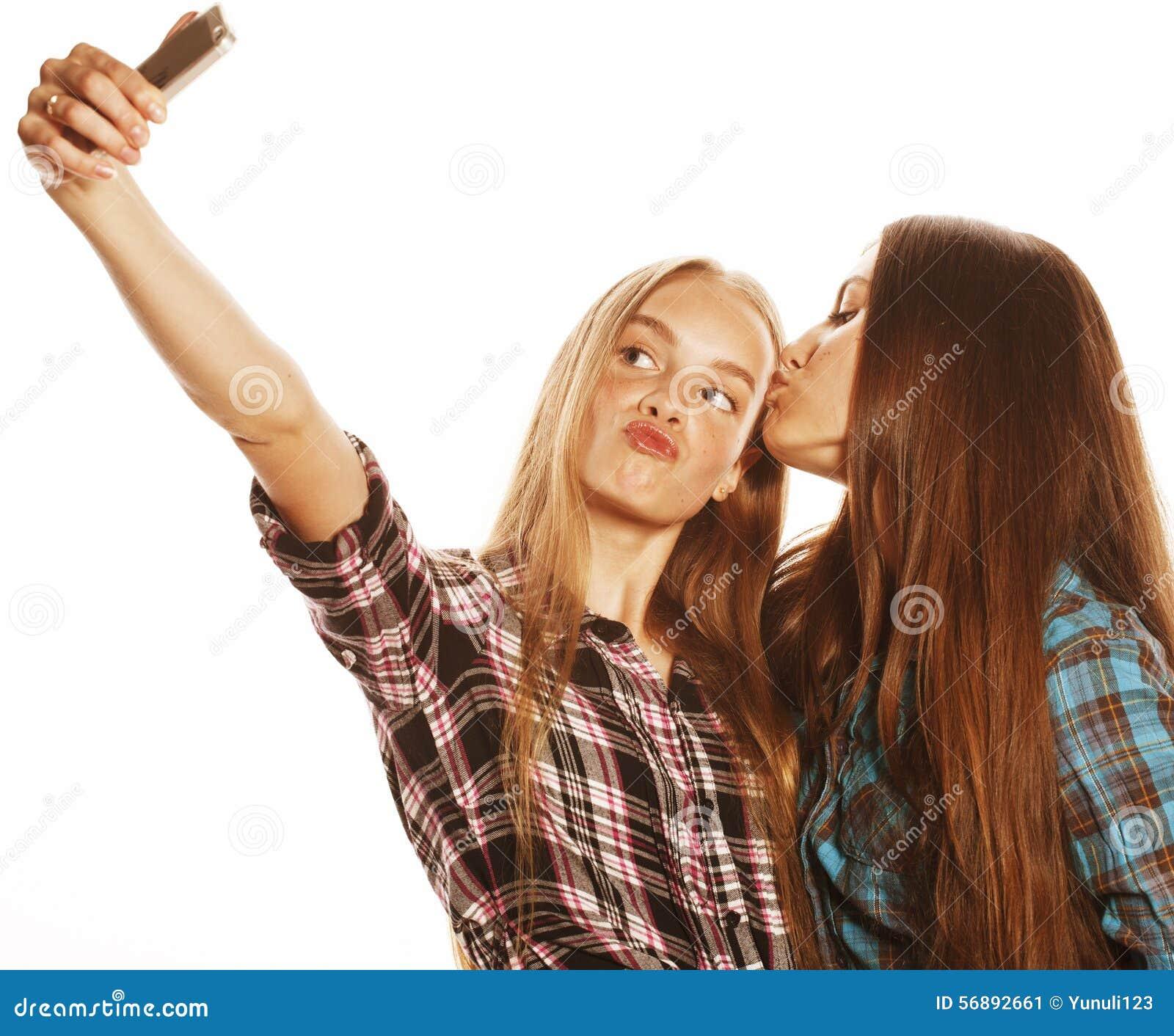 Adolescenti svegli che fanno selfie isolato