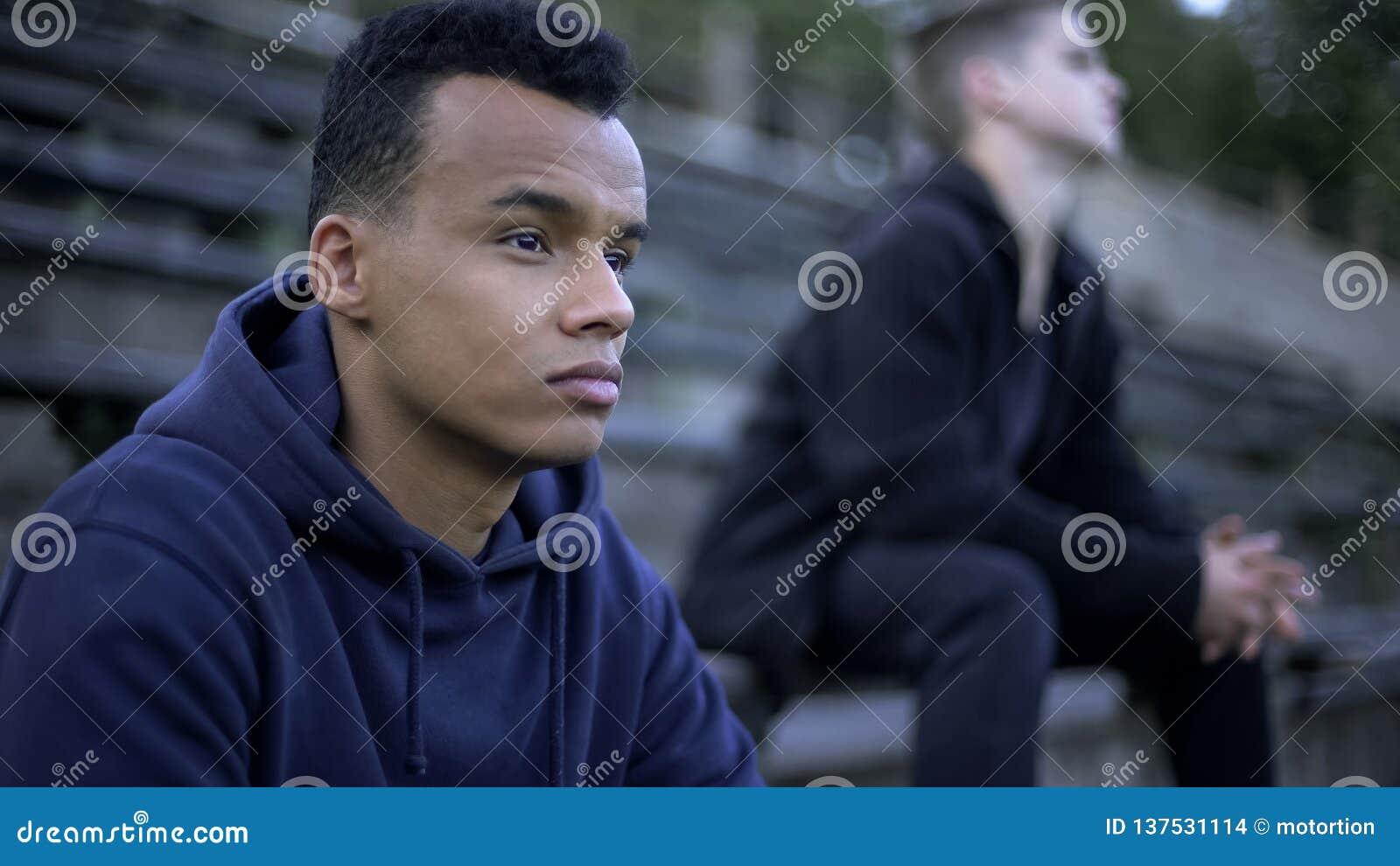 Adolescents de renversement s asseyant sur la tribune de stade, jeu de observation de sports d équipe de la jeunesse