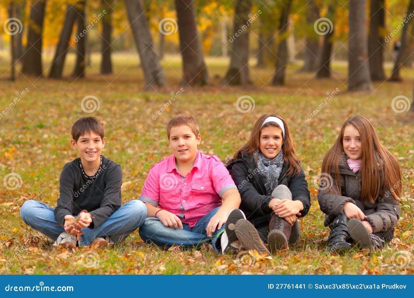 Adolescents et filles ayant l amusement dans la nature