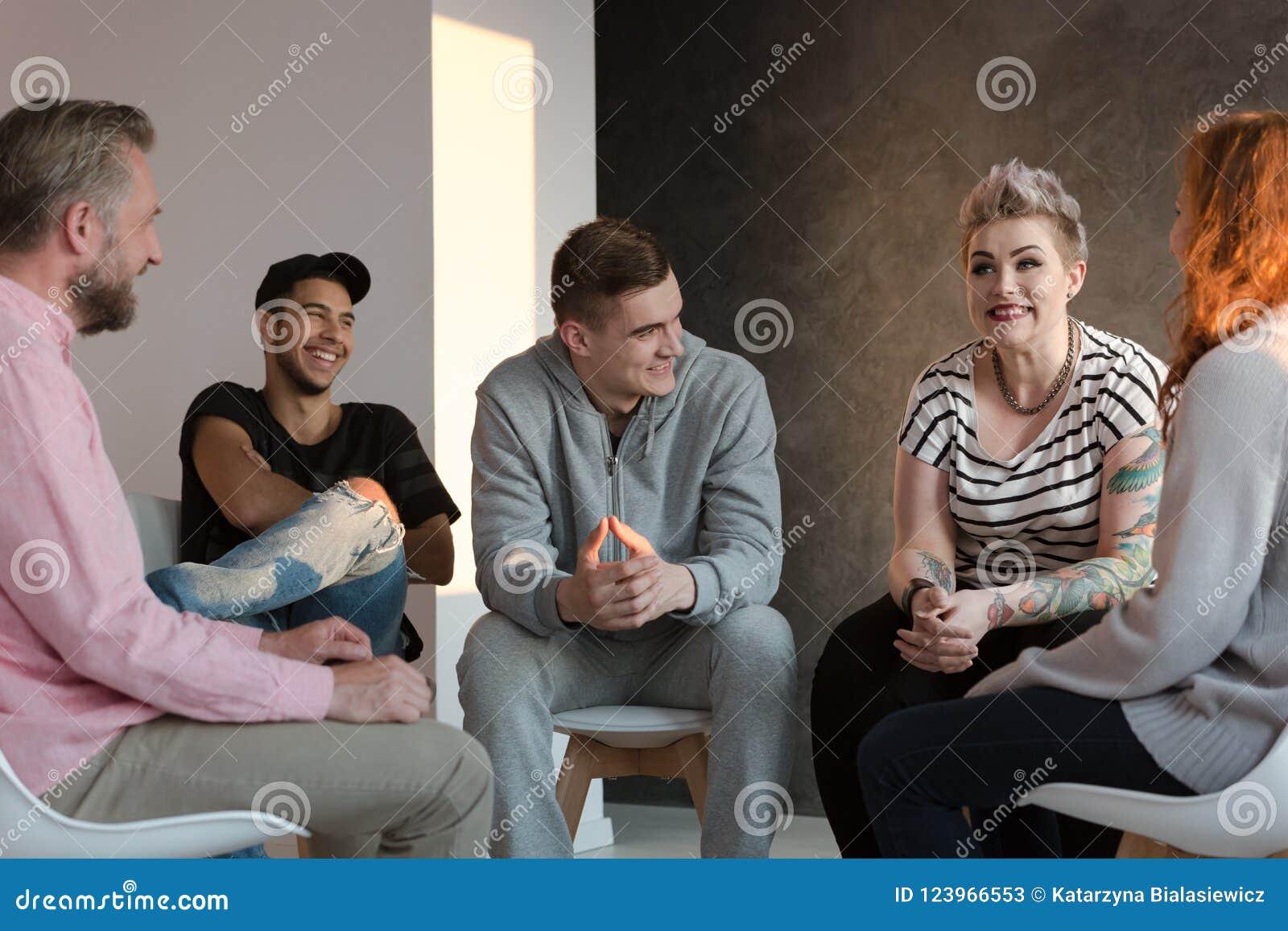 Adolescents riant pendant un groupe conseillant la session pour la jeunesse