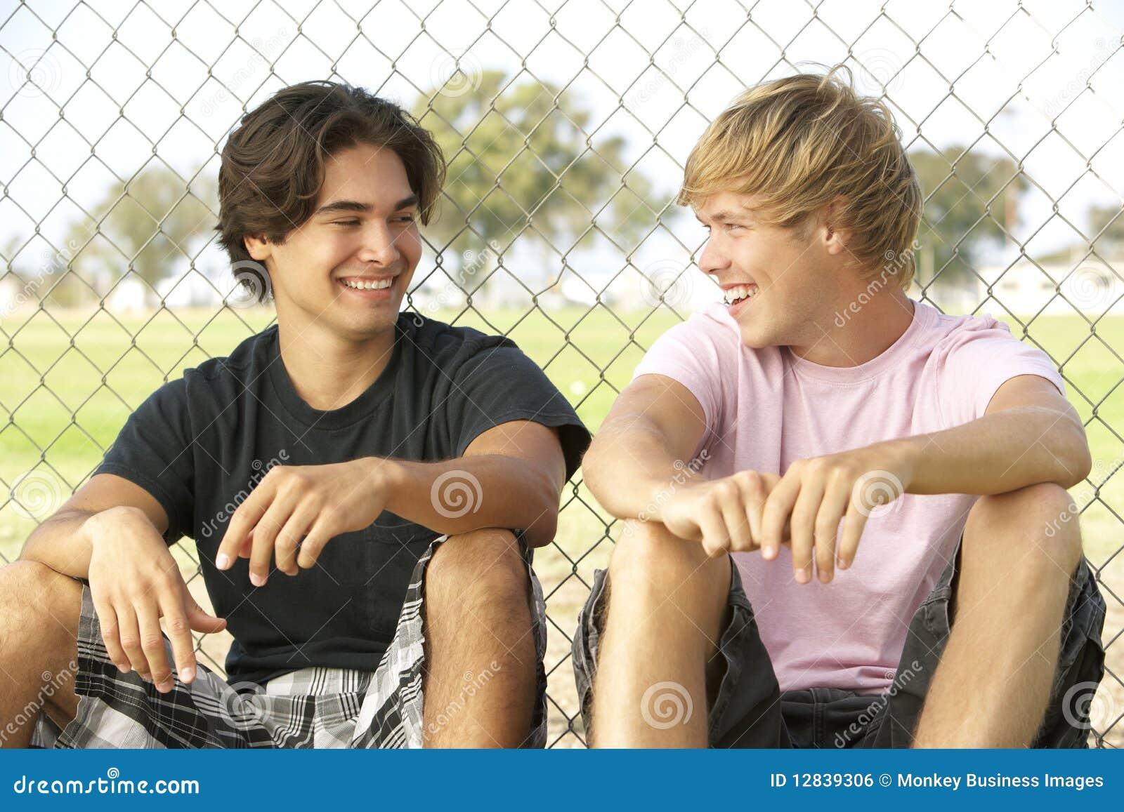 Adolescents s asseyant dans la cour de jeu