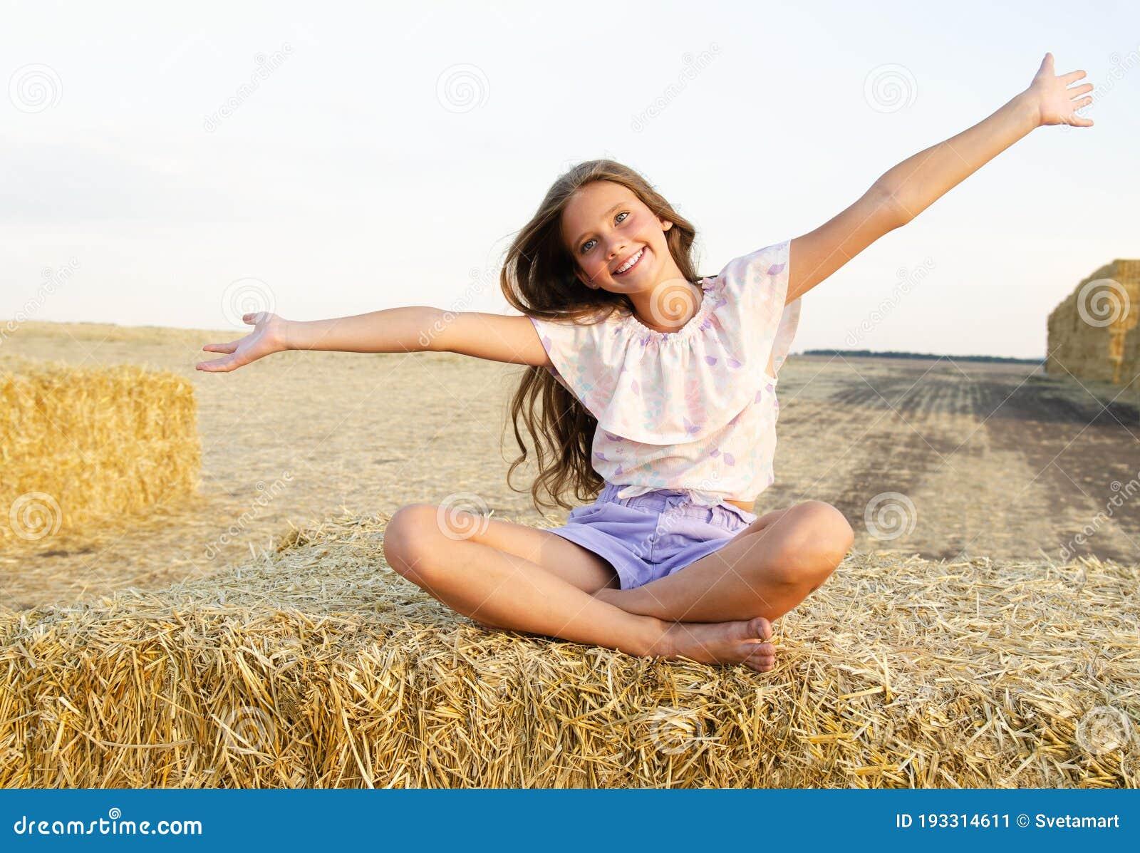 Adoravel Menina Feliz Sentada Em Um Feno Rolando Em Um Campo De Trigo Imagem De Stock Imagem De Bonito Filha 193314611