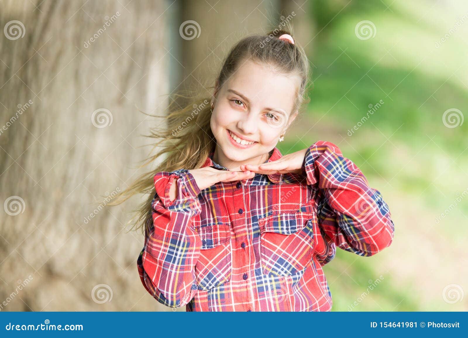 Adorbale-Babygesicht Glückliches Kind mit nettem Gesichtsblick Kleines M?dchen, das mit gesunder junger Gesichtshaut und dem lang