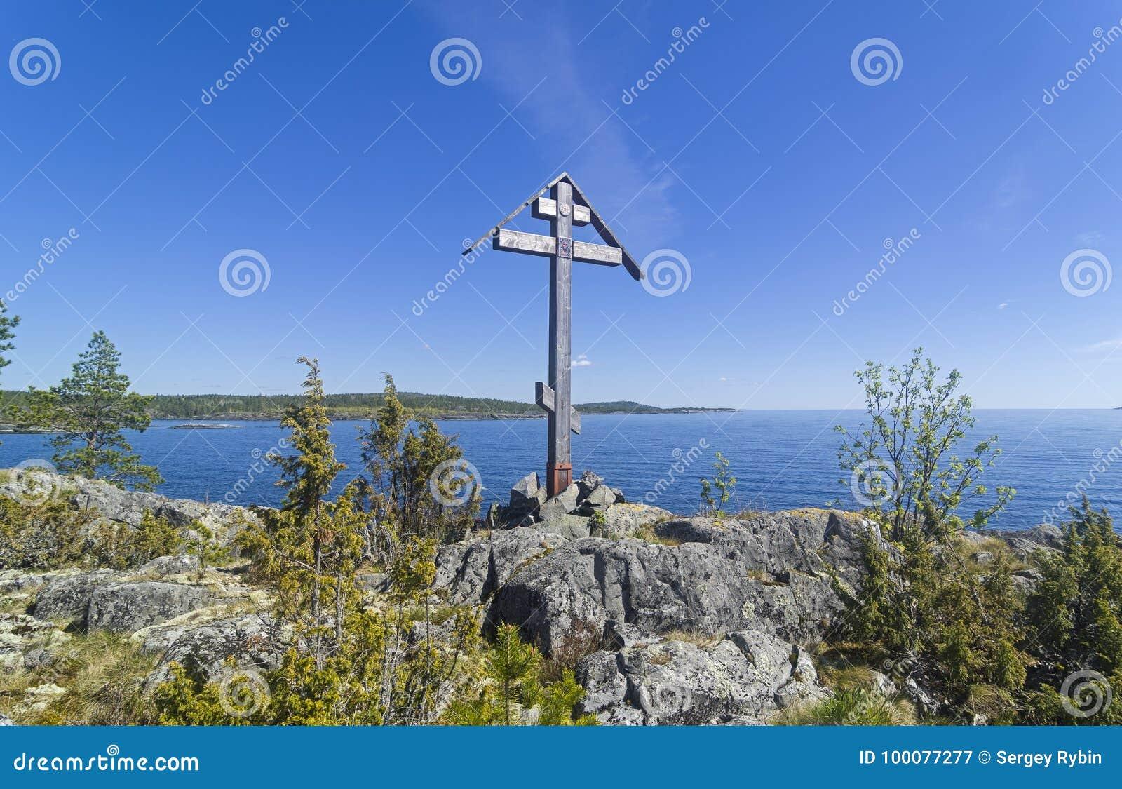 Adore a cruz em uma rocha na costa do lago ladoga