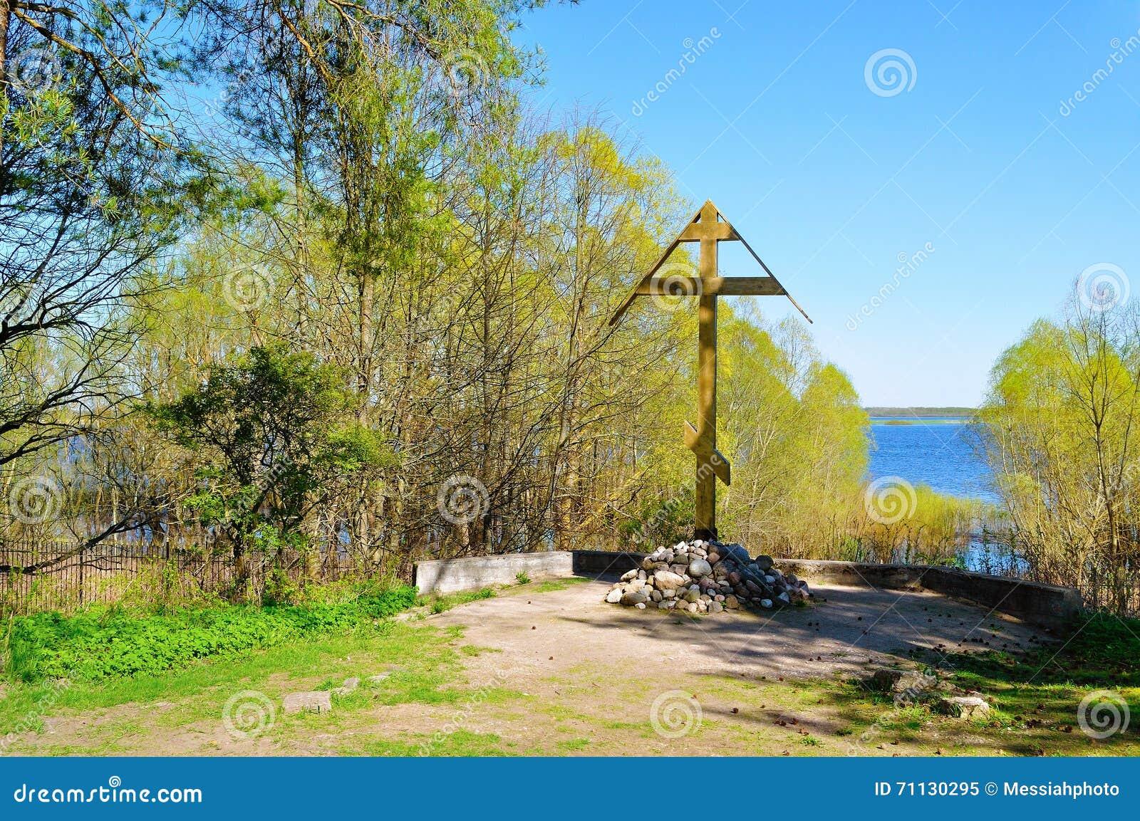 Adore a cruz perto do rio de Volkhov na capela de Peryn em Veliky Novgorod, Rússia