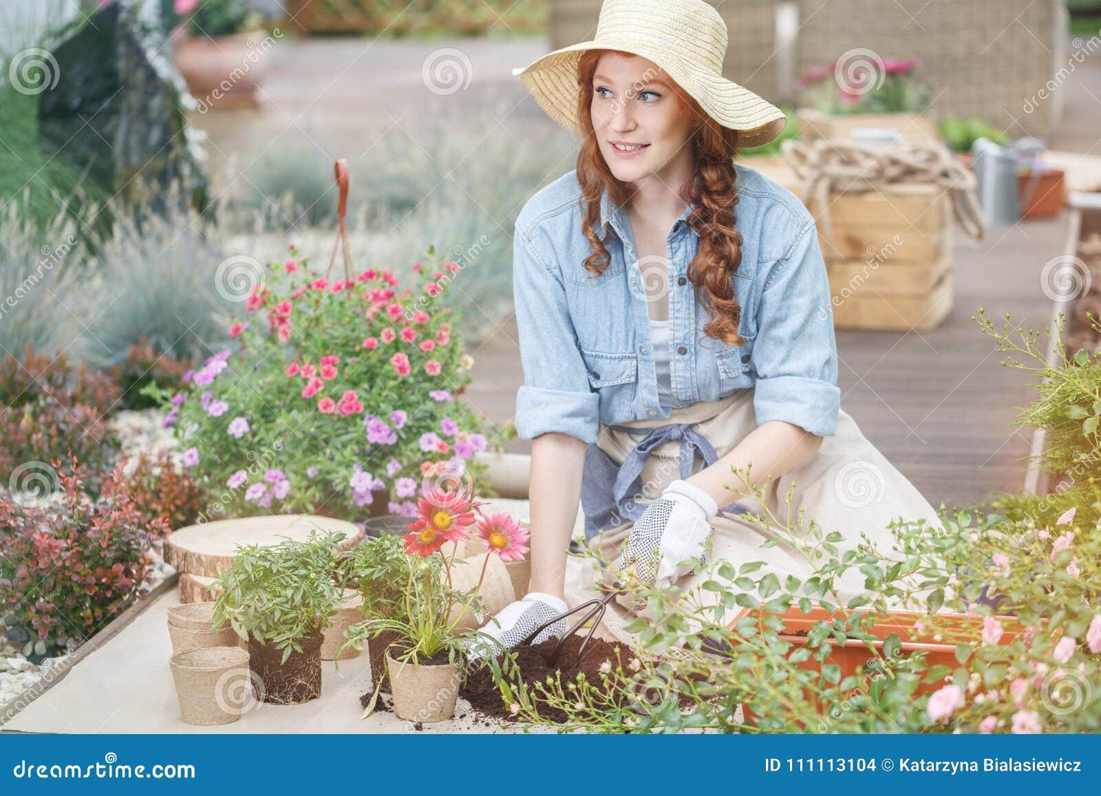 Adornamiento de la casa de verano con las flores