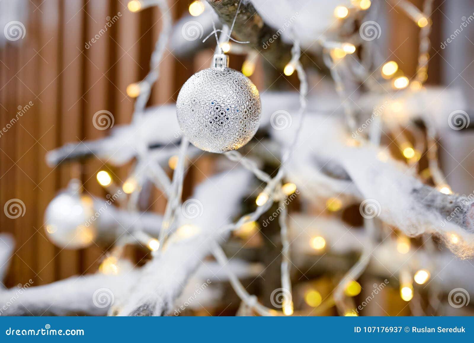 Adorne el árbol de navidad con los juguetes