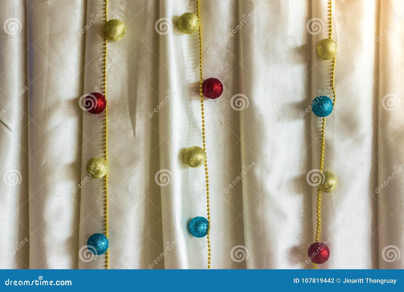 Adorne en la cortina