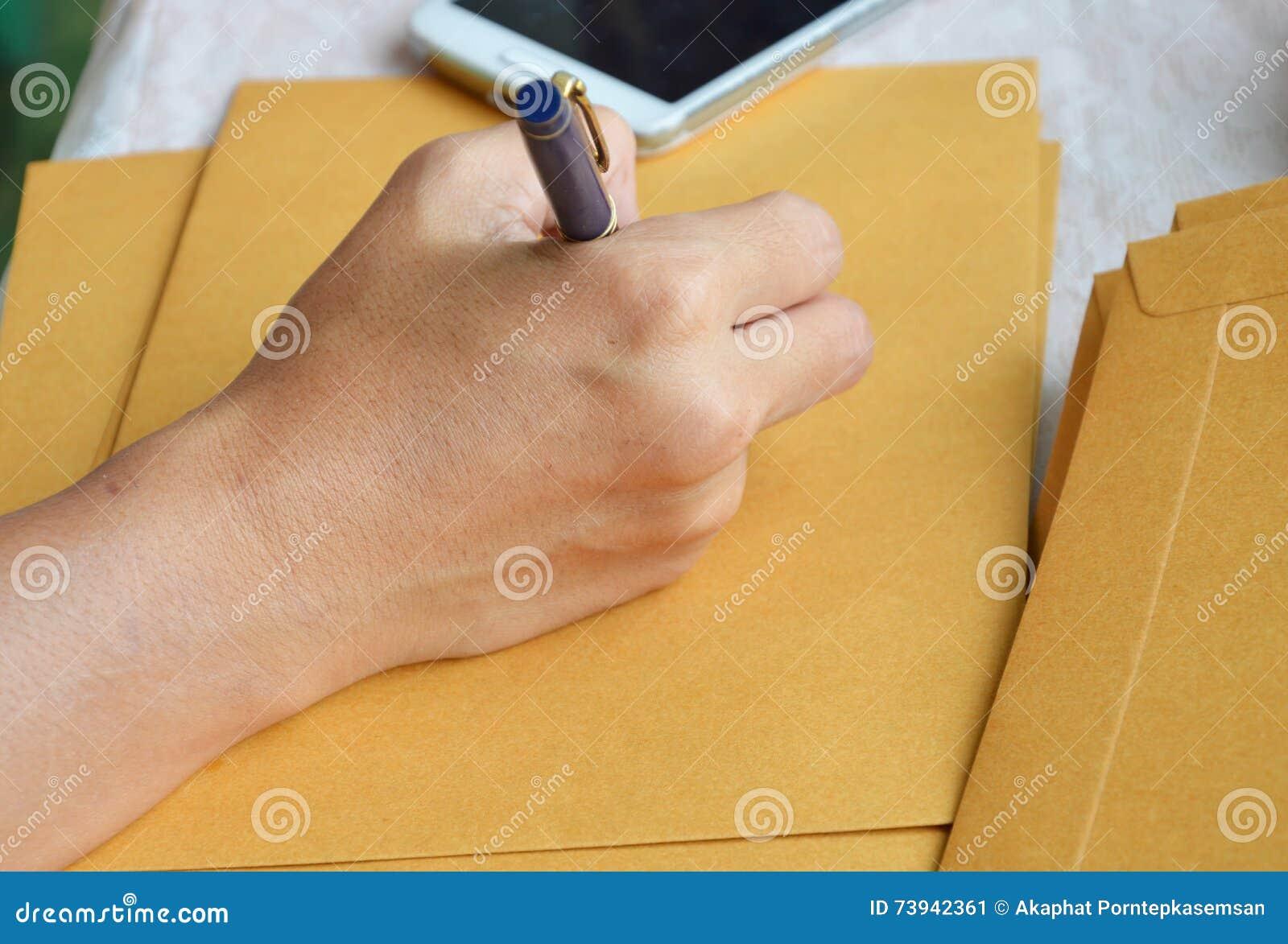 Adresse d extérieur d écriture de main sur l enveloppe brune