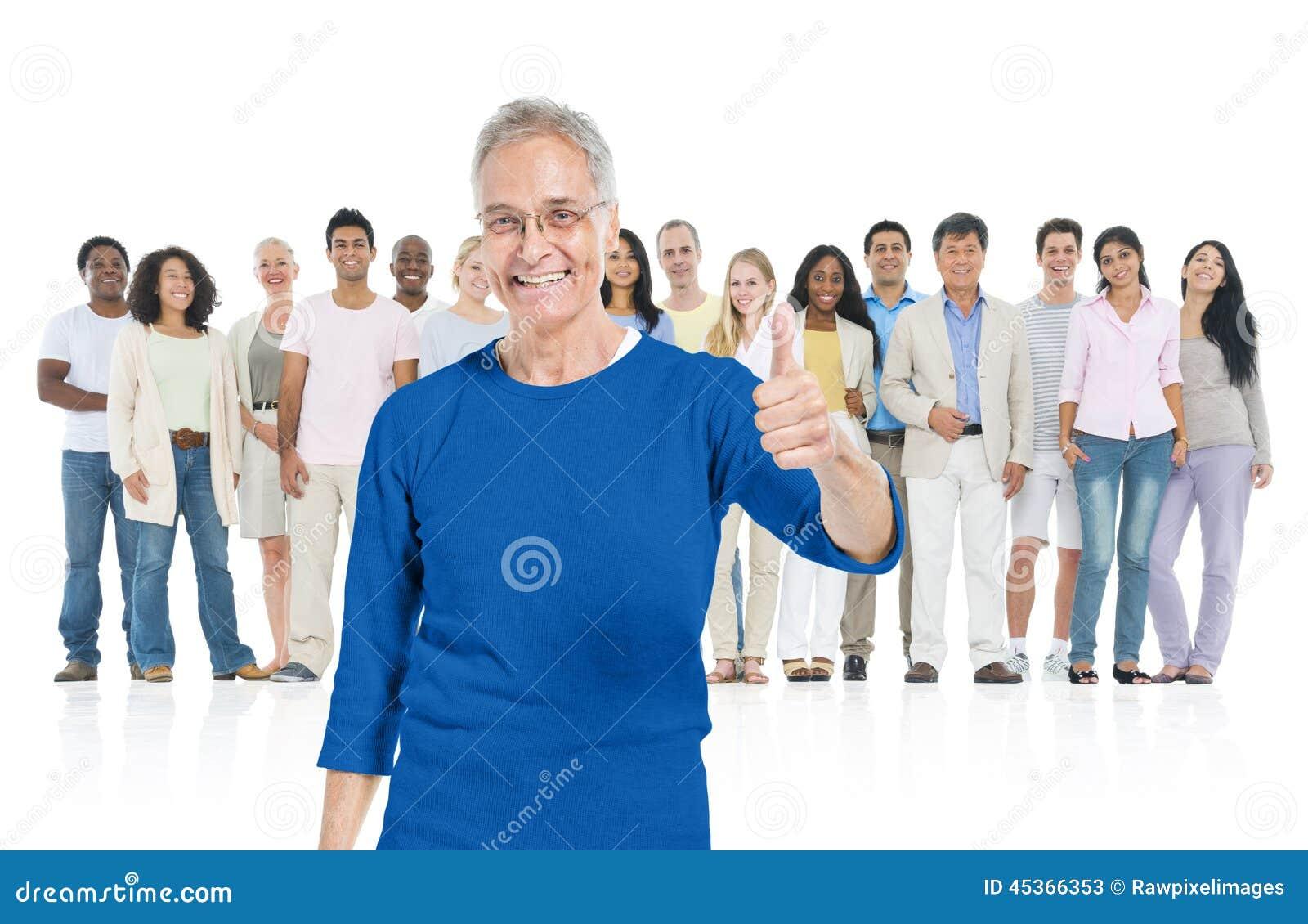 Adulte supérieur se tenant de la foule