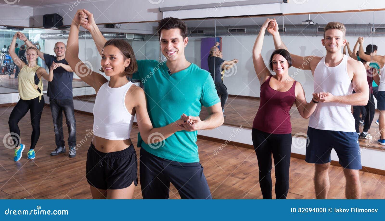 Adulti che ballano insieme bachata nella classe di ballo