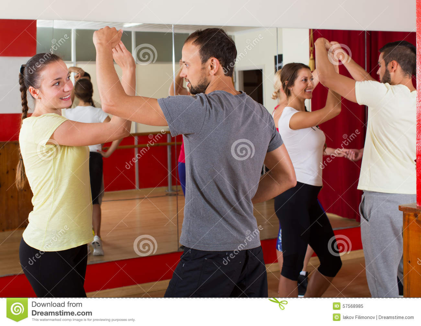 Adulti che ballano nello studio di ballo