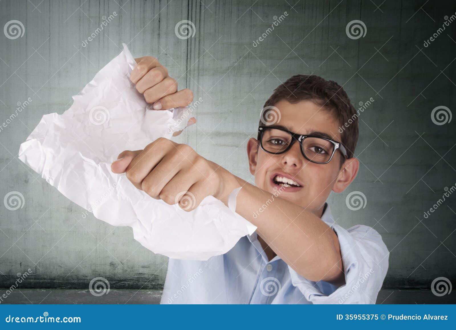 Adulto que rompe el papel