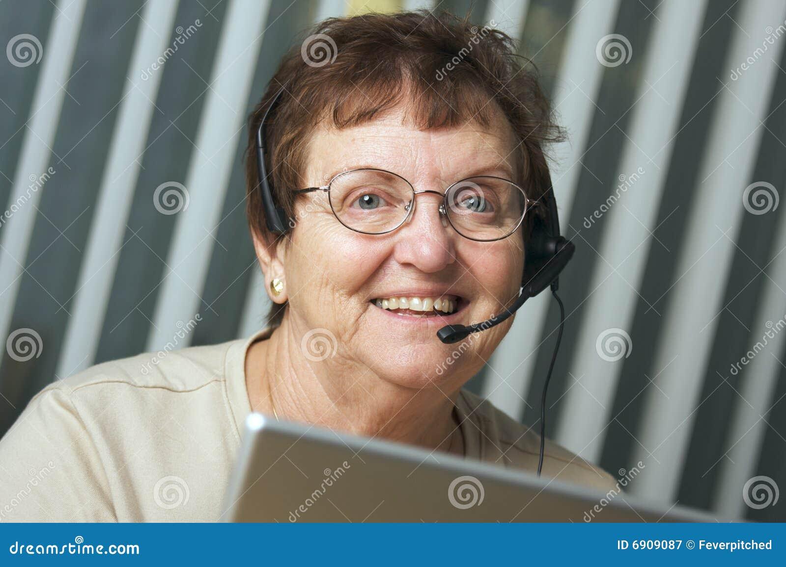 Adulto sênior com auriculares do telefone