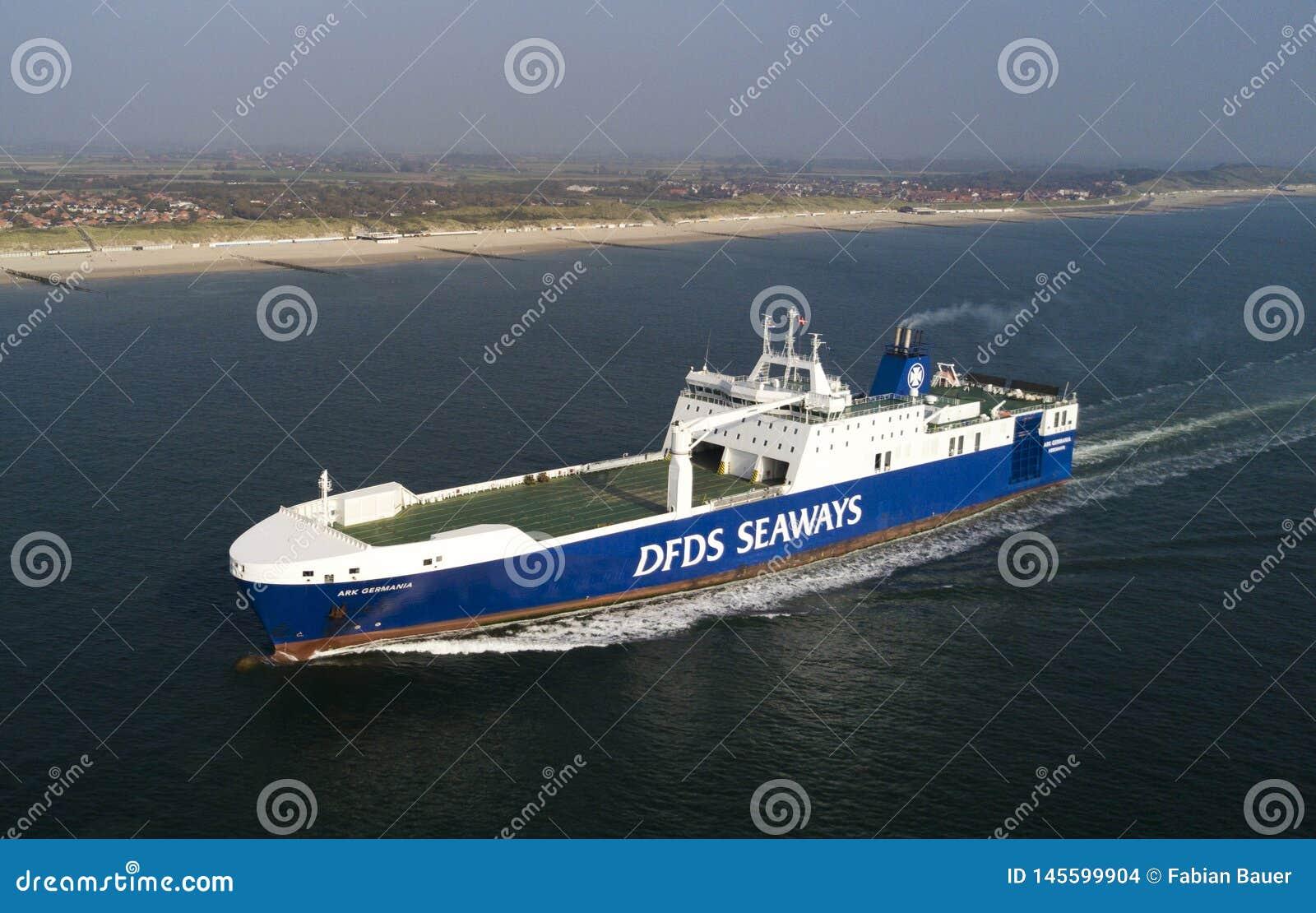 ?adunku statek przy morzem