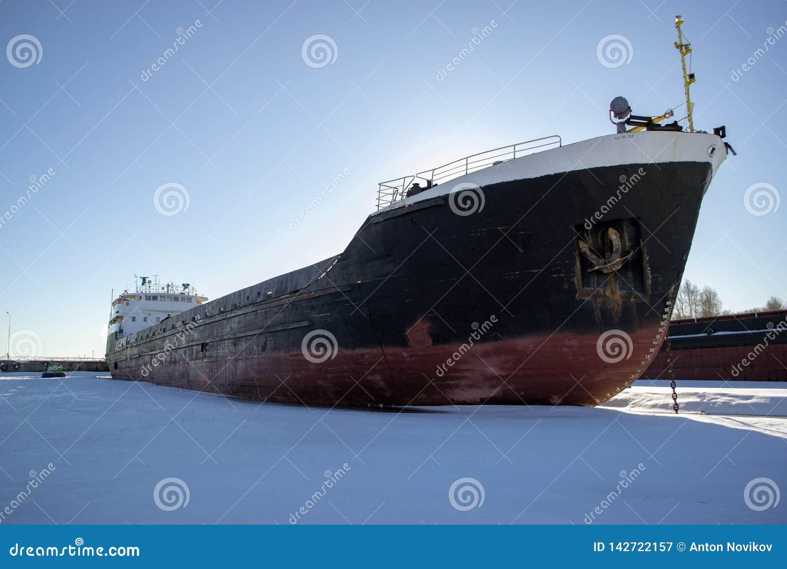 ?adunku statek w zima parking