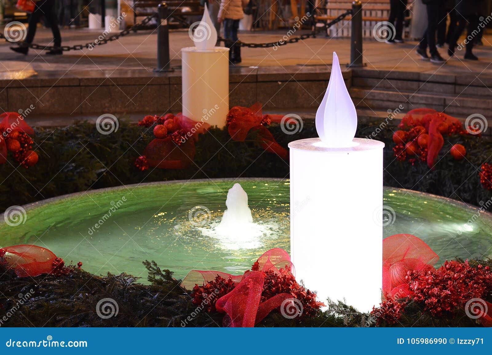 Advento em Zagreb, Croácia, fonte de Mandusevac decorada com grinalda do advento