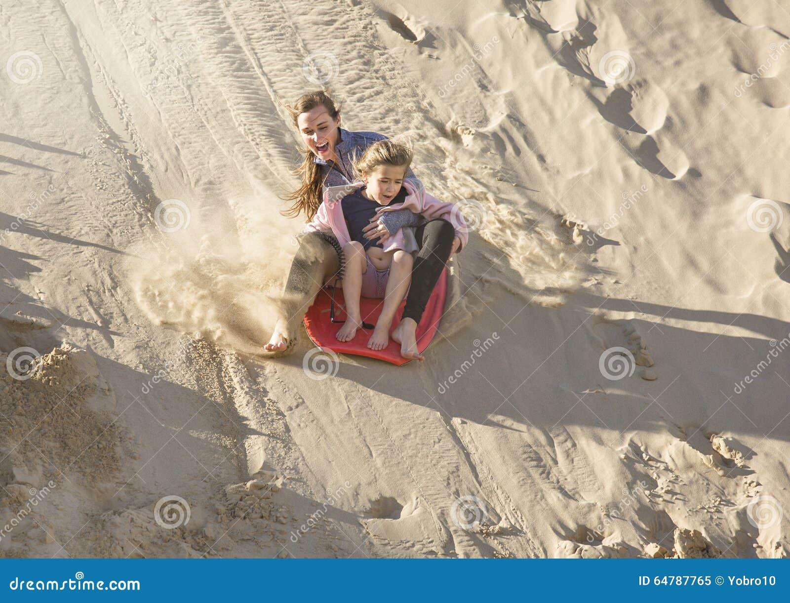 Adventuresome dziewczyny wsiada w dół piasek diuny