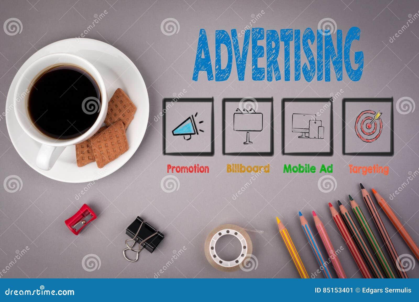 Advertising Tasse de café et crayons colorés sur un bureau gris