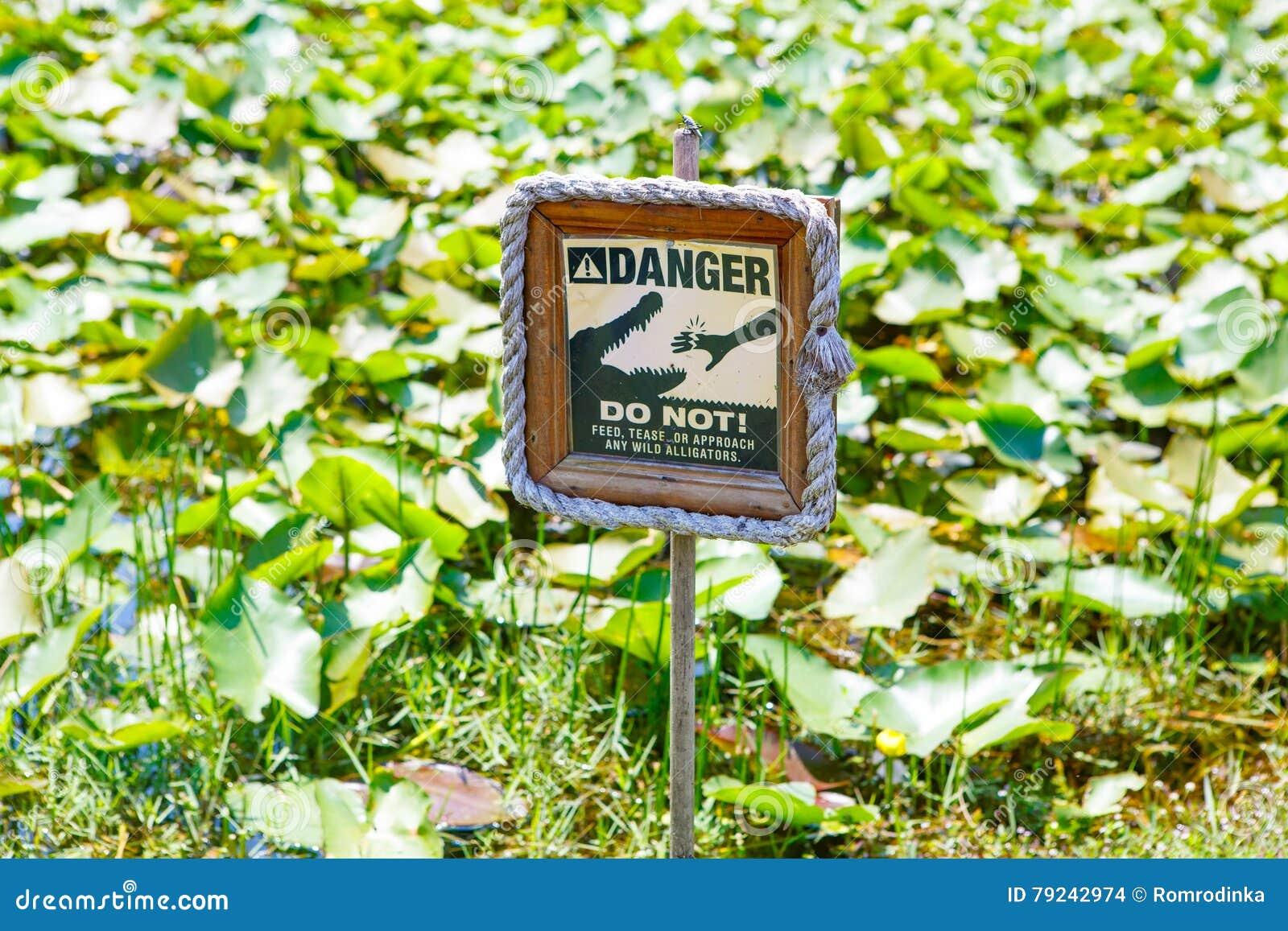 Advirta o sinal de aviso em marismas parque nacional de Florida, EUA