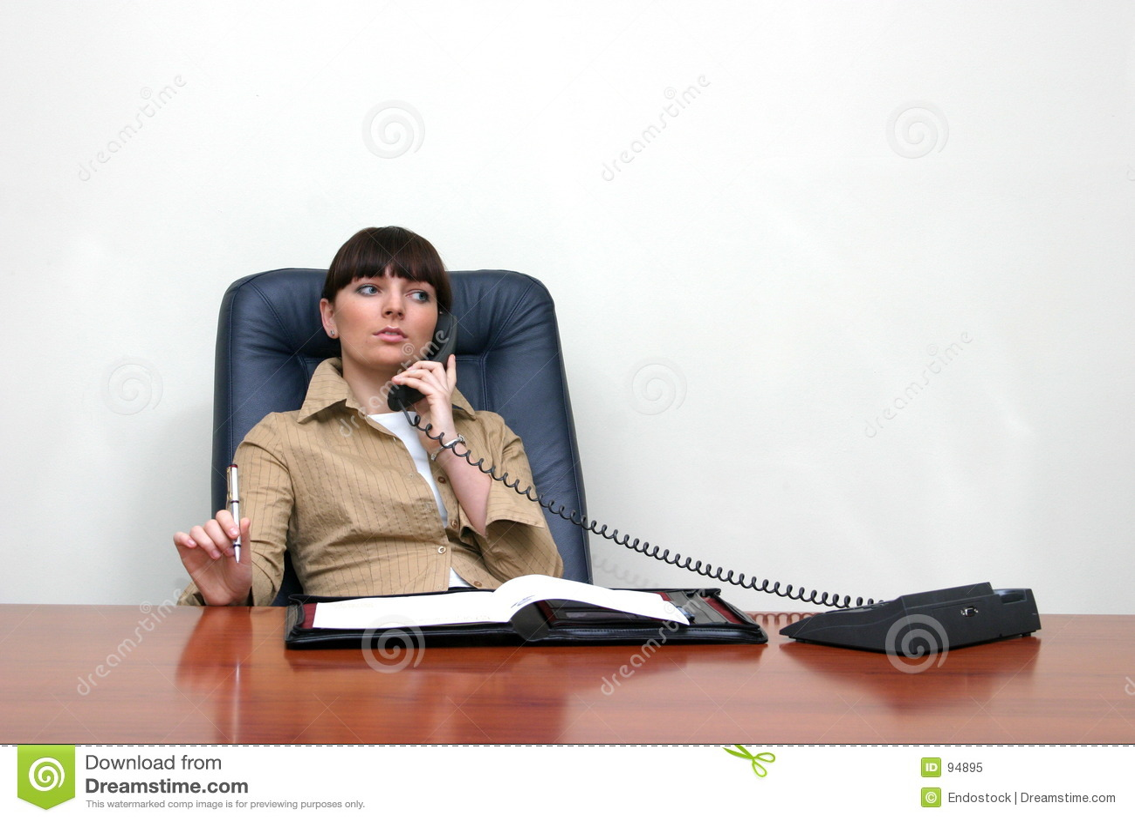 Adviseur die op telefoongesprek wordt geconcentreerd