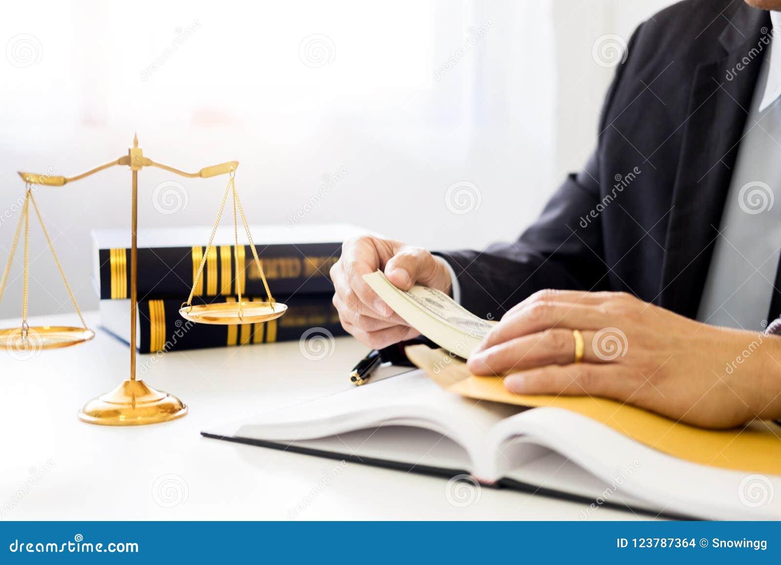 Advocaat die ontvangend geld als steekpenning van cliënt bij des worden aangeboden