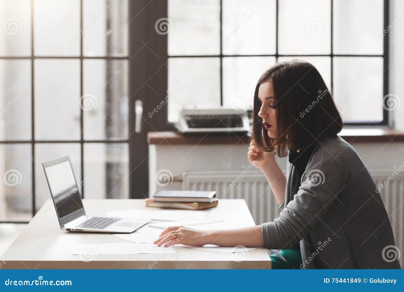 Advocaat of notaris die met documenten werken