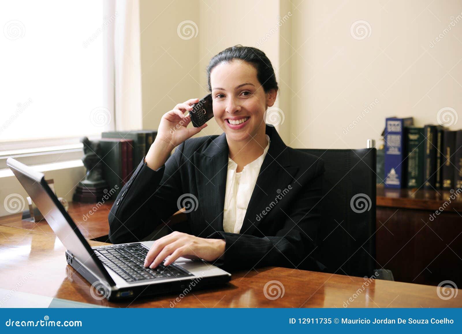Advocaat op telefoon met laptop