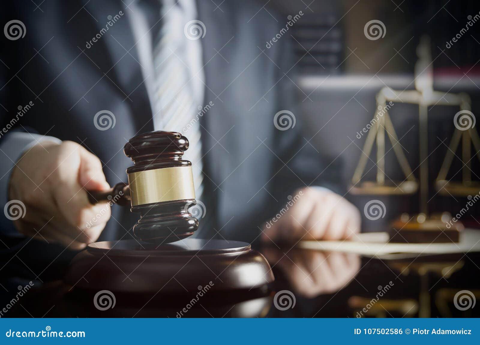 Advocaat of procureurs de werken in zijn bureau